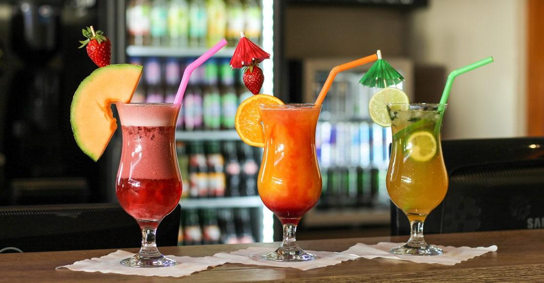 Genießen Sie mit Liebe zubereitete Cocktails.