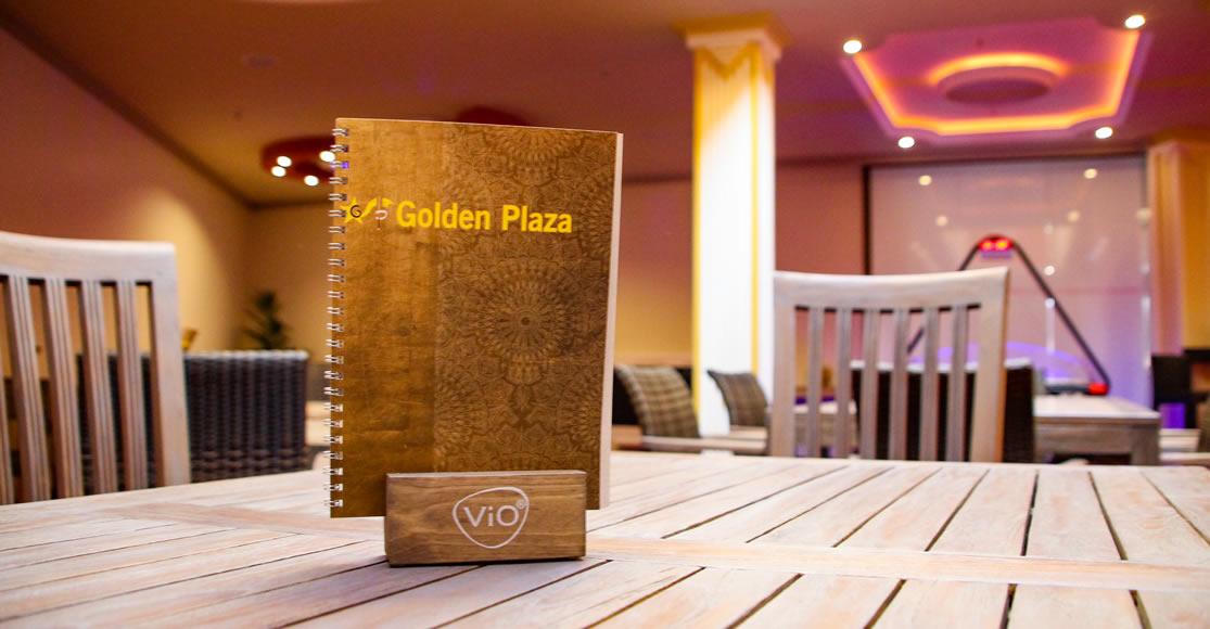 Tische im Golden Plaza