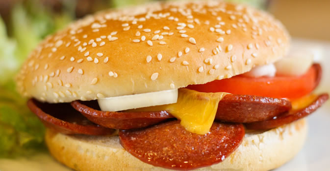 Saftiger Knoblauchwurst Burger