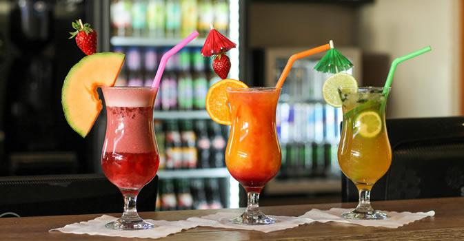 Cocktails auf Tresen Nahaufnahme