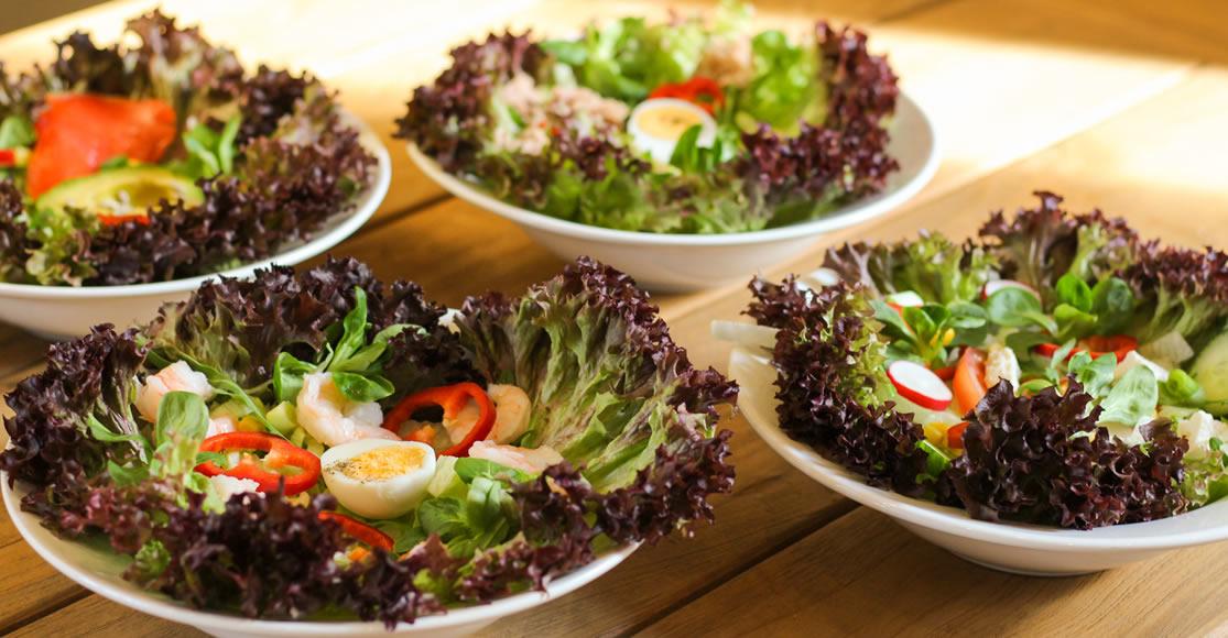 Salatvariationen auf dem Tisch